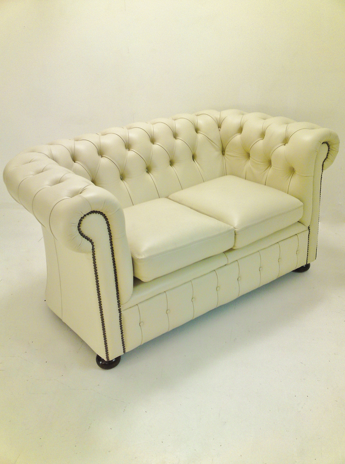 Fine Settee Sofa Couch The Difference Between Chesterfield Couch Pabps2019 Chair Design Images Pabps2019Com