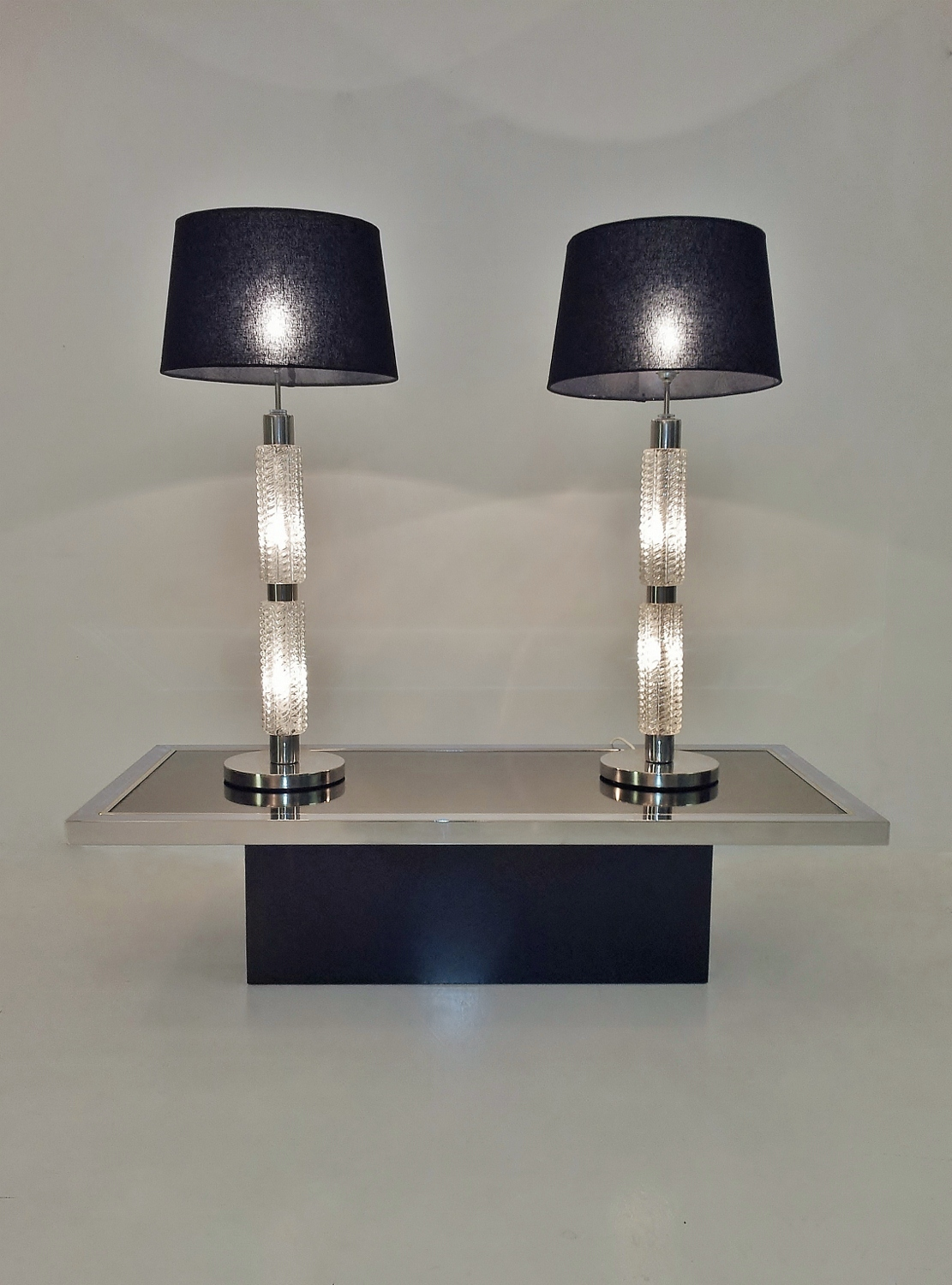 Table lamp with illuminated glass base